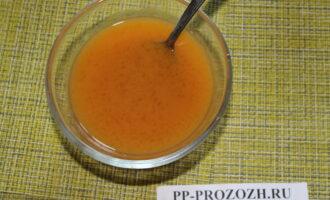 Шаг 4: Набухший желатин с соком нагрейте минуту в микроволновке, перемешайте.