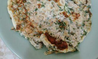 Шаг 6: Переложите готовый блин на тарелку. Намажьте сыр и добавьте икру.