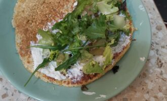 Шаг 7: Намажьте на половину блина сыр и выложите зелень.