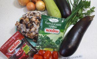 Шаг 1: Подготовьте все необходимые ингредиенты: грибы замороженные, баклажаны, кабачок, лук, приправы, зелень и помидоры.