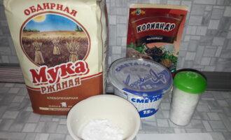Шаг 1: Подготовьте все необходимые ингредиенты: ржаную муку, сметану, картофельный крахмал, кориандр и соль.
