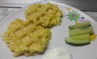 Шаг 8: Блюдо готово, можно кушать! Подавайте с нежирной сметаной и свежими овощами.