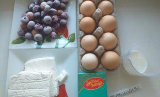 Шаг 1: Подготовьте все необходимые ингредиенты: яйца, кефир, творог, вишню и какао-порошок.
