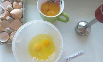 Шаг 2: Отделите у 8 яиц белки от желтков (они не понадобятся в этом рецепте - слишком калорийные). Оставшиеся 2 яйца добавьте цельными ( вместе с желтками), для вкуса.