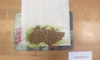 Шаг 4: На лист пекинской капусты выложите смесь из тофу, соевого соуса и чеснока.