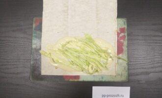 Шаг 4: Сверху положите нарезанную соломкой белокочанную капусту.