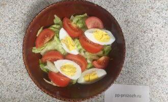 Шаг 5: Разрежьте сваренное вкрутую яйцо на 4 части.