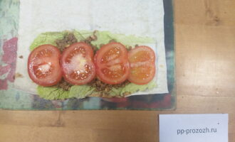 Шаг 6: Помидор порежьте кружочками. На картофель сверху положите кружочки помидора.