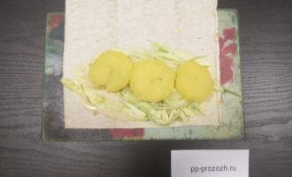 Шаг 6: На лук выложите порезанный кружочками отварной картофель.