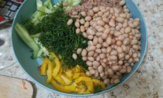 Шаг 6: Мелко нарежьте укроп, лимон, с фасоли слейте жидкость. Добавьте к салату.