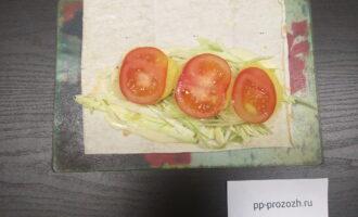 Шаг 7: На картофель выложите порезанный кружочками помидор.