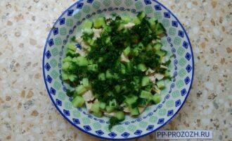 Шаг 3: Нарежьте огурец и укроп, добавьте к куриной грудке.