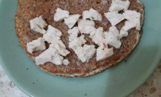 Шаг 8: Разломайте сыр и выложите на часть блина.