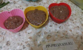 Шаг 5: Перелейте в формочки тесто, если есть одна небольшая, то можно в нее. Разогрейте духовку до 180 градусов.