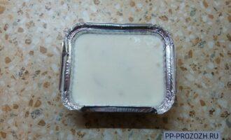 Шаг 5: Выложите смесь и бананы в форму, предварительно застелите форму пищевой плёнкой. Отправьте торт в холодильник до полного застывания.