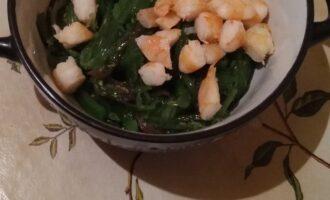 Шаг 3: Смешайте порезанные креветки с водорослью Чука.