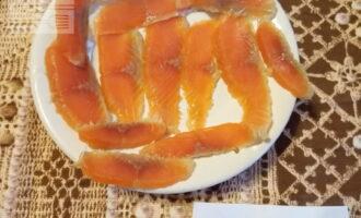 Шаг 2: Нарежьте тонкими ломтиками рыбу и огурец.