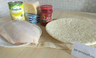 Шаг 1: Подготовьте ингредиенты: слоеное тесто, куриную грудку, твердый сыр, сметану (я использовала 15 %), томатную пасту, шампиньоны (у меня консервированные).