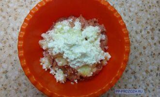 Шаг 2: Почистите и порежьте лук, порежьте куриную грудку. Пропустите все ингредиенты через мясорубку или блендер.