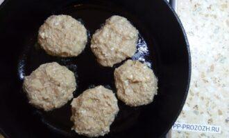 Шаг 4: Разогрейте сковородку и добавьте небольшое количество растительного масла. Сформируйте котлеты и выложите на сковородку.