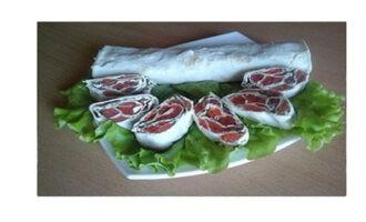 Шаг 7: Готовый рулет выложите на блюдо, предварительно порезав его ломтиками, толщиной 2-3 см. По желанию - украсьте листиками салата и зеленью.