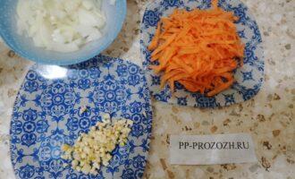 Шаг 4: Подготовьте лук, морковь и чеснок, нарезав как Вам хочется.