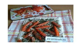 Шаг 4: Нарежьте красную рыбу полосками или небольшими кусочками и разложите поверх укропа.