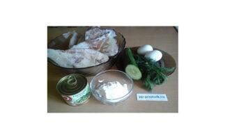 Шаг 1: Подготовьте ингредиенты: кальмары свежемороженые, яйца, свежий огурец, зеленый горошек, сметану,
