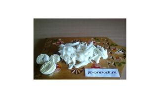 Шаг 4: Отварите яйца. Белки нарежьте тонкими полосками, а желтки оставьте для украшения.