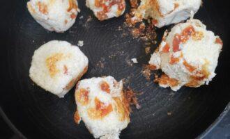 Шаг 7: Разогрейте а/п сковороду. Сформируйте нужные Вам сырники и жарьте на сухой сковороде со всех сторон до золотистой корочки.