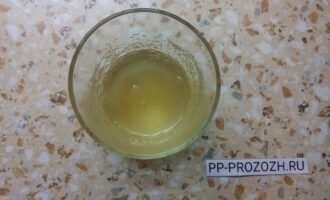 Шаг 2: Желатин разведите в 80-ти миллилитрах воды и разогрейте до полного растворения.