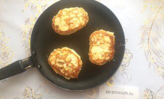 Шаг 4: Обжарьте сырники с двух сторон по 2 минуты.