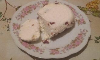 Шаг 10: Достаньте полученный сыр из марли.