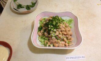 Шаг 6: Порежьте мелко зелень и добавьте к продуктам в салатницу.