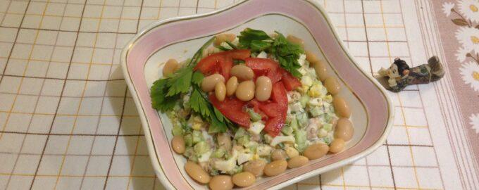 Салат белковый с фасолью и лососем