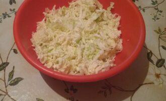 Шаг 2: Капусту мелко нашинкуйте. Чем тоньше будет нашинкована, тем нежнее будет салат.