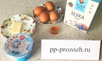 Шаг 1: Приготовьте необходимые ингредиенты: льняную муку, яйца, сливочное масло, сметану и мед.