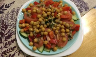 Салат из нута с острой заправкой