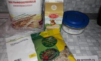 Шаг 1: Подготовьте все необходимые ингредиенты: муку, ряженку, разрыхлитель, соду и семена подсолнечника.