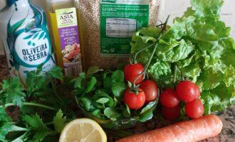 Шаг 1: Подготовьте необходимые продукты для салата.