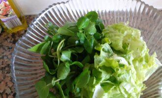 Шаг 2: Листья салата хорошо промойте и подсушите, чтобы с салата не текла вода.