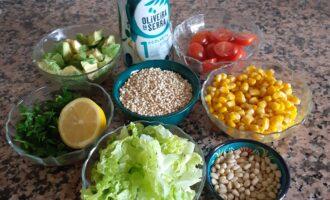 Шаг 3: Листья салата хорошо промойте и подсушите. Помойте зелень, авокадо, помидоры и нарежьте по своему вкусу.