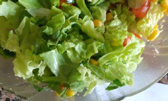 Шаг 4: Салат, авокадо, помидоры, кукурузу, зелень - сложите в салатник и аккуратно перемешайте.