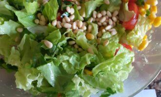 Шаг 5: Добавьте в салат кедровые орешки и заправьте соком лимона, оливковым маслом.