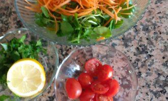 Шаг 5: В салатнике соедините овощи и киноа, заправьте соком лимона, оливковым маслом и маслом сезама.