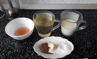 Шаг 1: Подготовьте все ингредиенты для приготовления майонеза: растительное масло, молоко, чеснок, соль, уксус, специи.