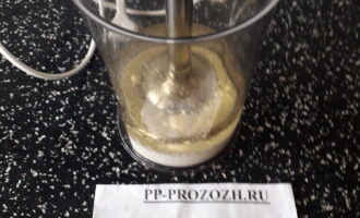 Шаг 2: Вылейте в чашу блендера молоко и масло.