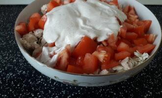 Шаг 5: Соедините все ингредиенты в салатнике, сверху положите майонез.