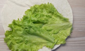 Шаг 2: Выложите на лаваш листья салата.