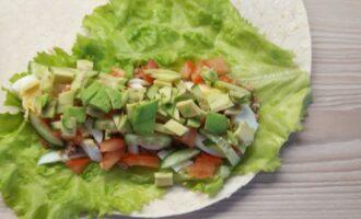 Шаг 7: Выложите завершающий ингредиент - авокадо.  Выдавите немного лимонного сока.